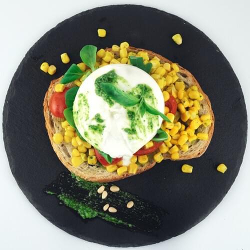 Burrata s kukuruzom i pesto umakom