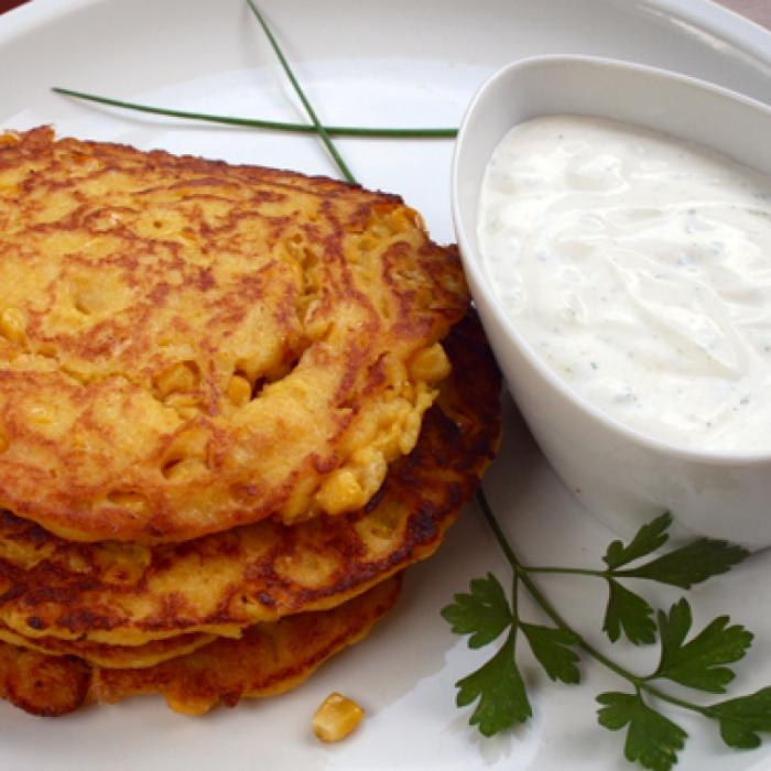 Kukuruzne lepinje sa sosom od kiselog kajmaka i začina