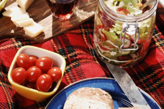 Идеалните храни, които да опаковате за един ден на плажа, езерото или на пикник