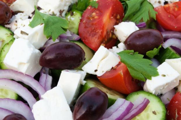 Търсите ли зеленчукови рецепти и салати? Научете повече за Гръцката салата