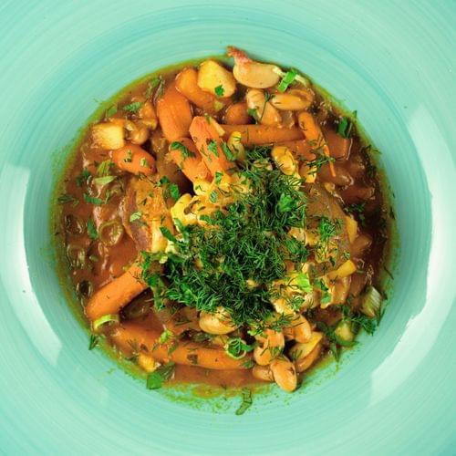 Супа с боб, пушен свински джолан и моркови