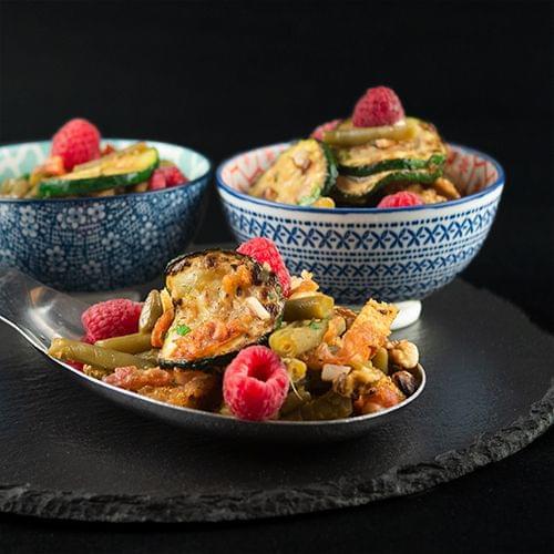 Топла салата със зелен фасул, тиквички и хрупкава панчета