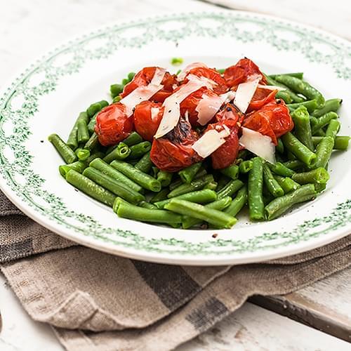 Πράσινα φασόλια με ντοματίνια και παρμεζάνα
