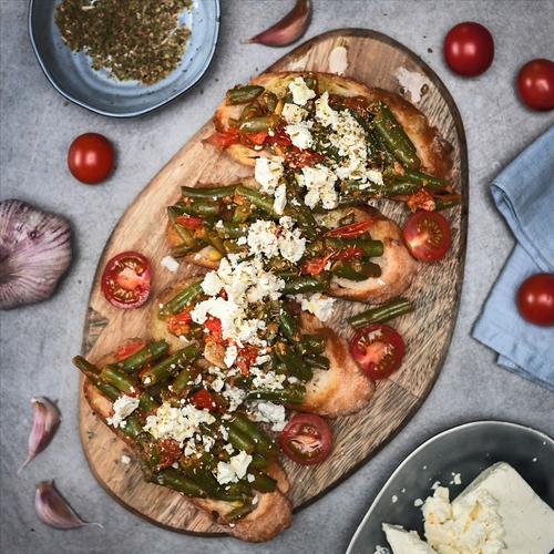 Bruschette s mahunama, rajčicama i feta sirom