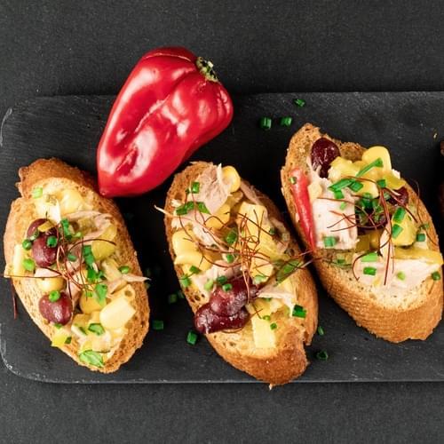 Bruskete s tunom, kukuruzom i crvenim grahom
