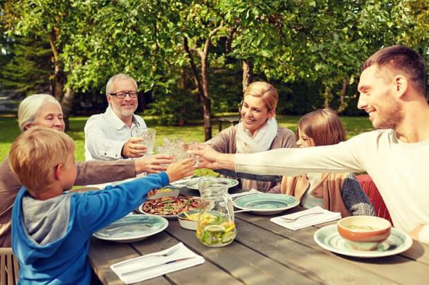 Cum aşezi oaspeţii la masă