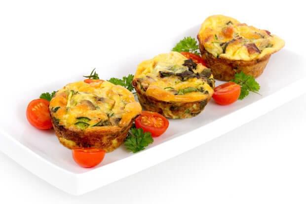 Mini omlete cu legume în forme de brioșe