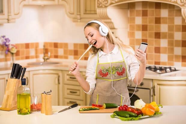 Găteşte pe acorduri de muzică. Acest playlist îţi va transforma gătitul într-o activitate şi mai frumoasă