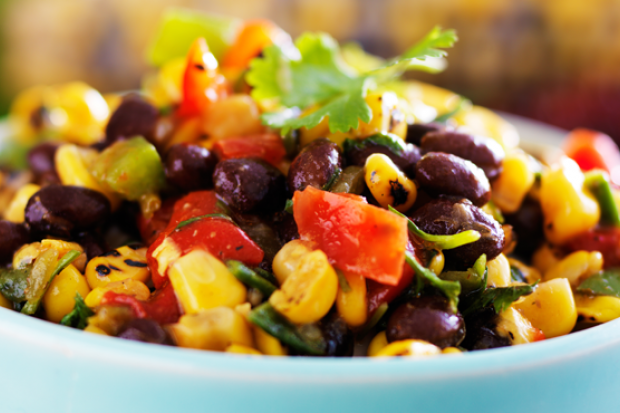 Jucați-vă cu toate culorile: o salată cu fasole roșie, porumb, și ardei verde