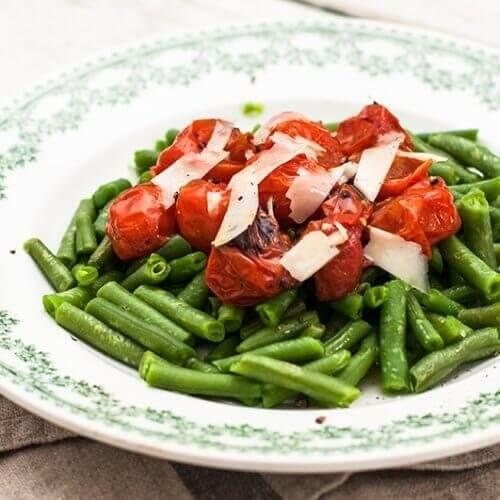 Fasole verde încălzită la grătar și roşii cherry cu parmezan