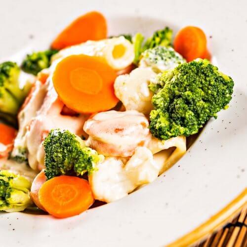 Rigatoni încoronați cu legume și sos de smântână