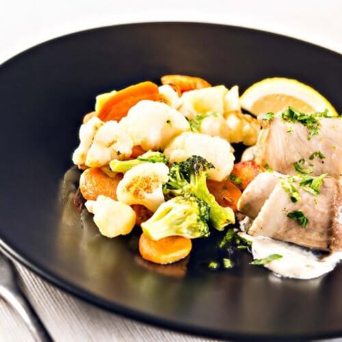 Salată regală de legume cu file de pește alb și sos tartar