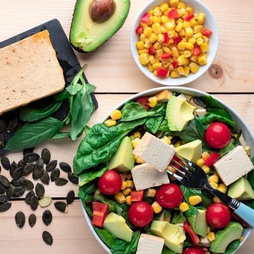 Salată cu tofu și porumb chilli
