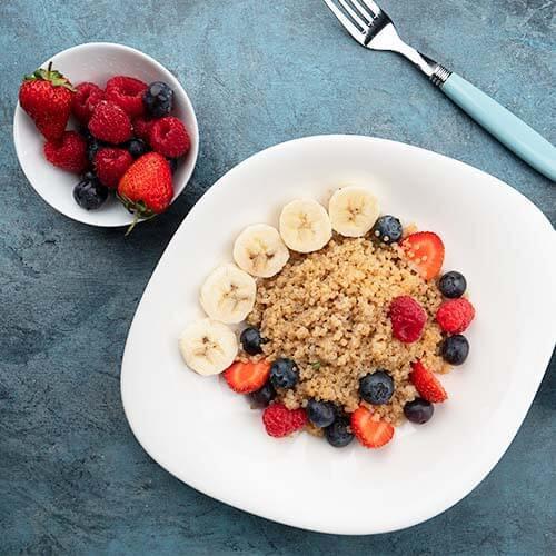 Mic dejun cu quinoa, lapte de cocos şi fructe de pădure