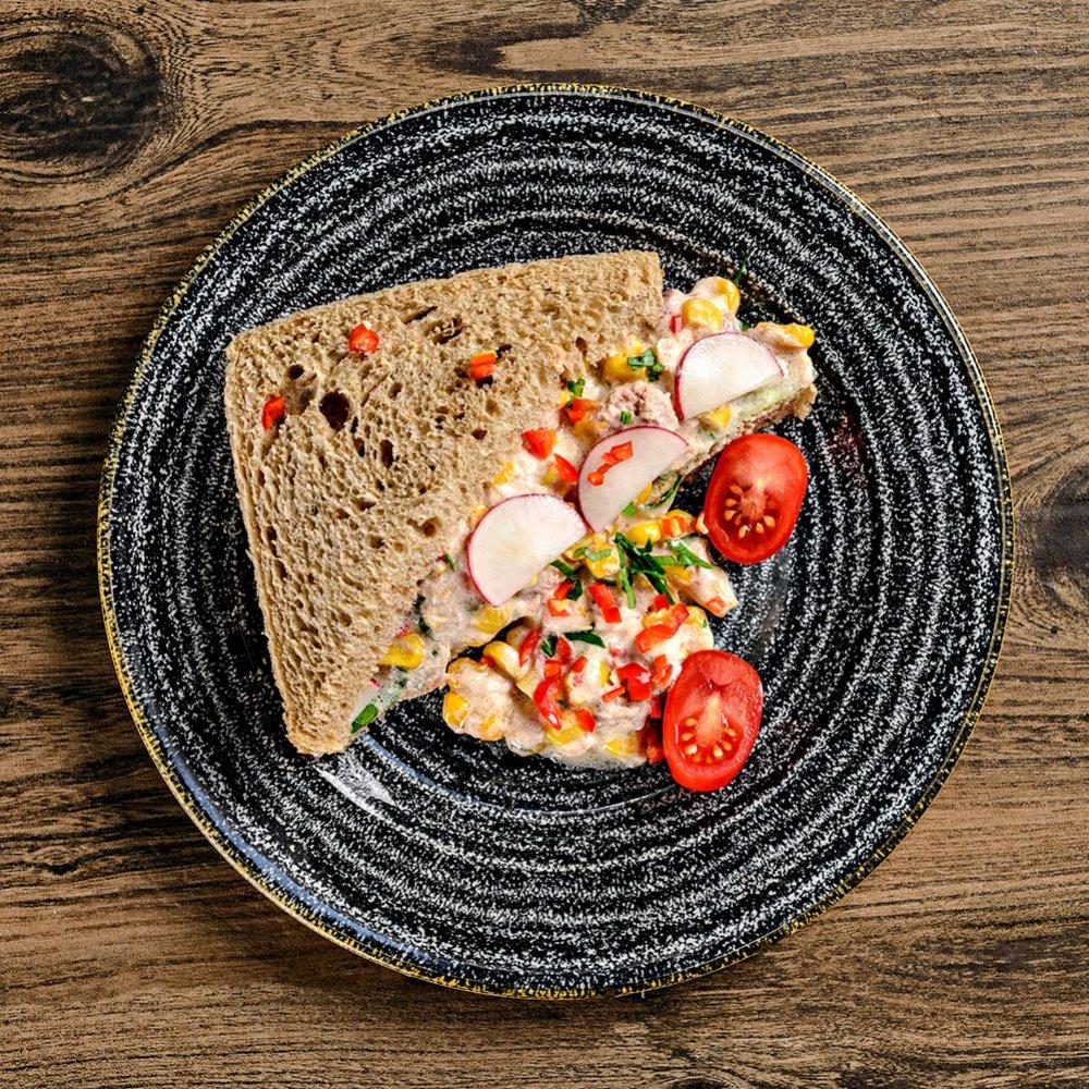 Sandviș cu salată de porumb chilli și ton