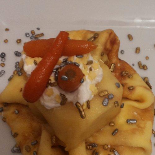 Clătite cu cremă de frișcă și mascarpone, cu măr aromat și morcov baby caramelizat