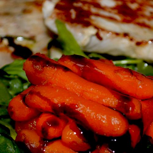 Cotlet de porc pe grill cu morcovi caramelizaţi şi rucola