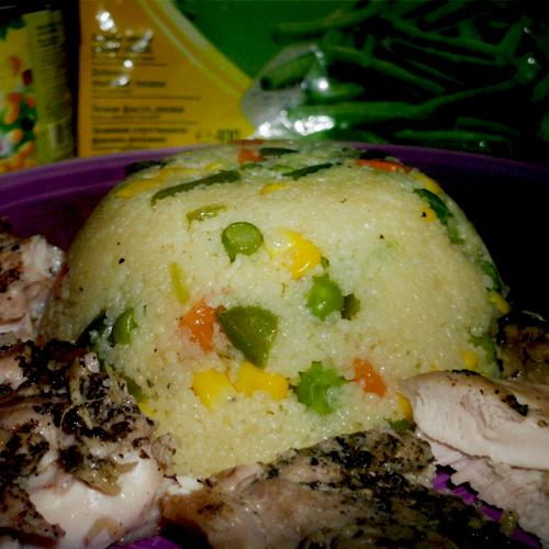 Cuș-cuș cu legume și pulpe pe grill