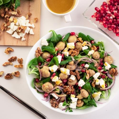 Salată de valeriană cu ciuperci, feta și nuci