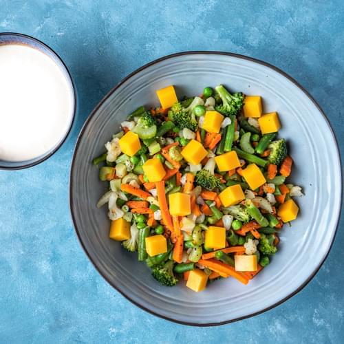 Salată cu fasole verde, conopidă, morcovi și broccoli