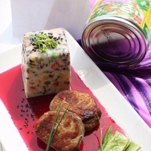 Friptură de porc alături de panna cotta cu legume Bonduelle, jeleu de sfeclă și păstăi usturoiate