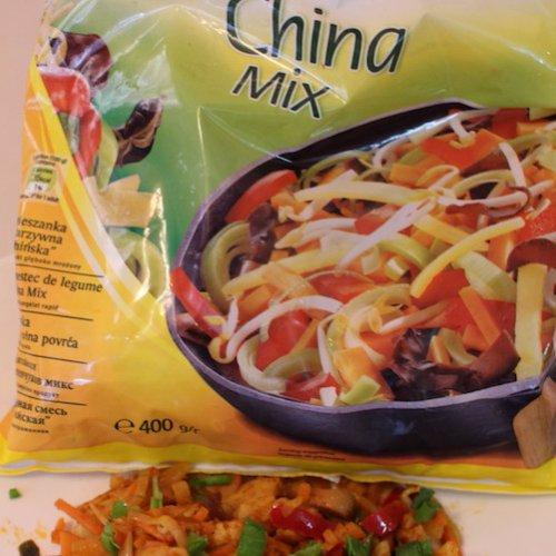 Pui cu sos curry și legume sote