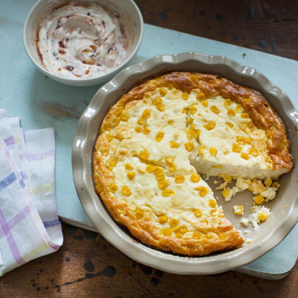 Budincă cu porumb, brânză de vaci și sos de merișoare