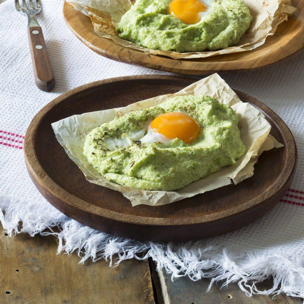 Ouă coapte pe pat de broccoli