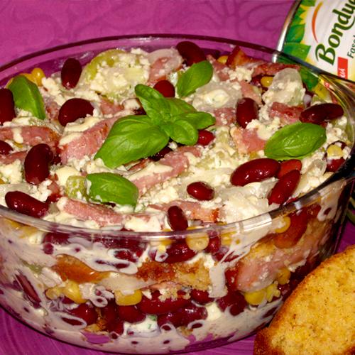 Salată cu pâine de porumb și ardei iute