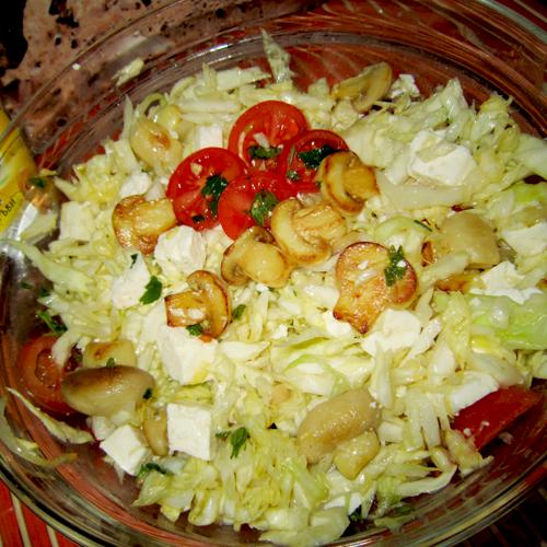 Salată de varză cu brânză și ciuperci