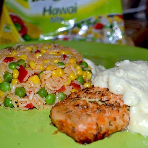 Somon cu sos alb și Hawai Mix