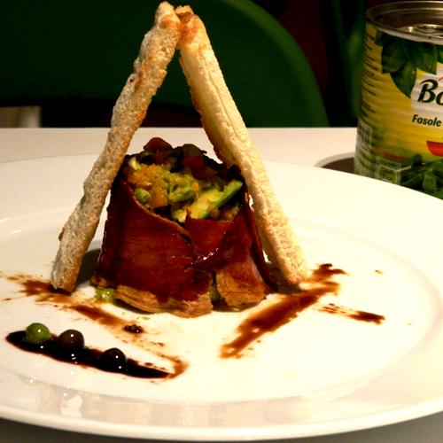 Sote de mazăre cu fasole verde, prosciutto și cruton pâine