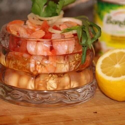 Белая фасоль с креветками, луком и томатами