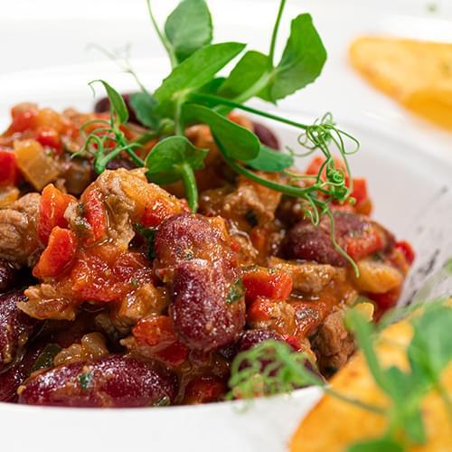 Тушеная говядина с красной фасолью