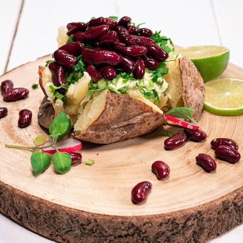 Запеченный картофель с красной фасолью и кремом из авокадо