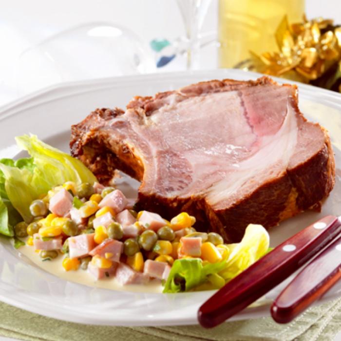 Жареная отбивная из свинины с кукурузным салатом с ветчиной и горошком