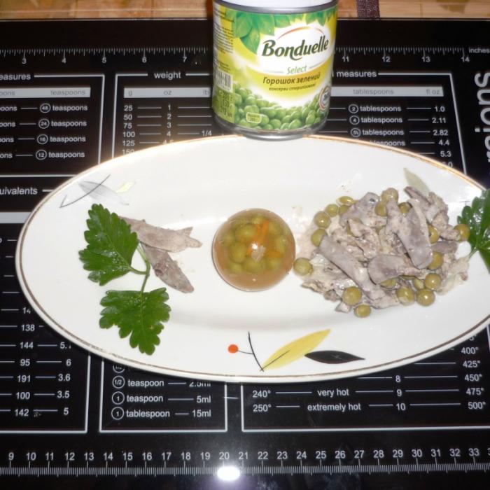 Сердечный салат с горошком и овощным желе