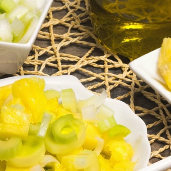 Сладкий салат из ревеня и карамелизированных белых груш