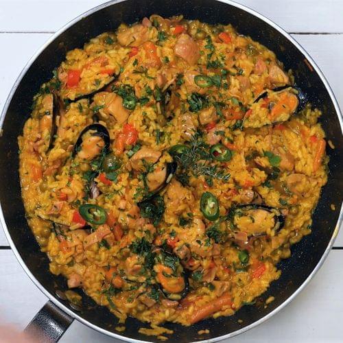 Паэлья с овощами, мясом и мидиями