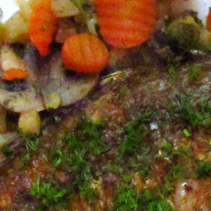 Карасик на овощной подушке с яичным соусом