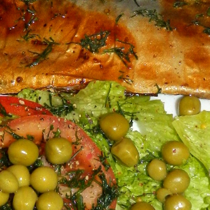 Сочный салат с горошком и запеченной скумбрией