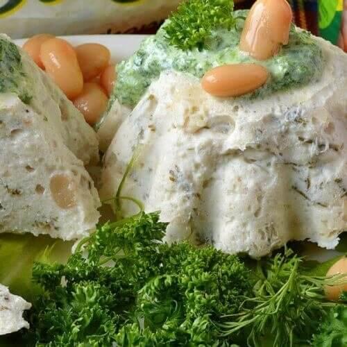 Ніжний мус із курятини і квасольки зі шпинатним соусом