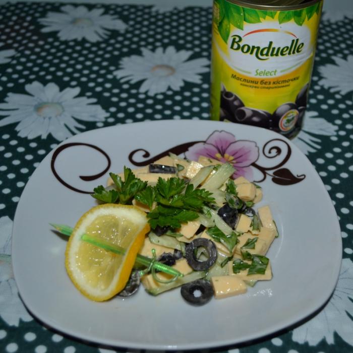 Огірковий салат з маслинами