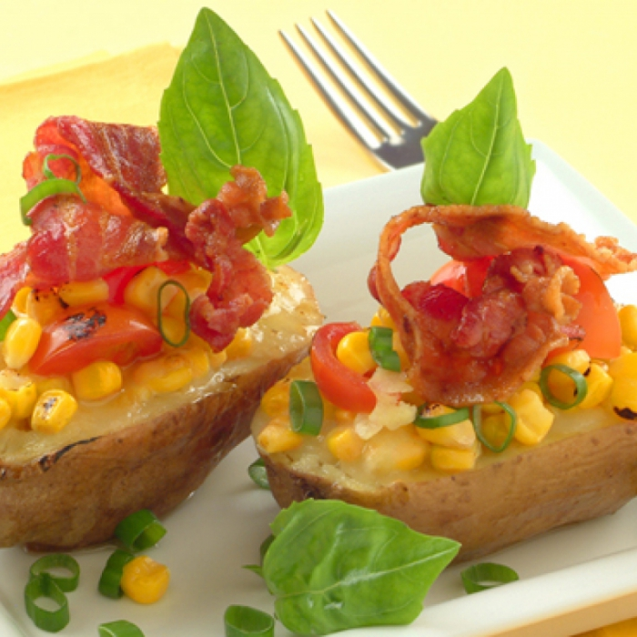 Картопля, фарширована сиром моцарелла, кукурудзою та беконом
